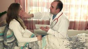 Manlig doktor med den kvinnliga patienten som förbereder sig för plastikkirurgi och handskakning lager videofilmer