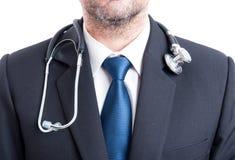 Manlig doktor med dräkten och stetoskopet Fotografering för Bildbyråer