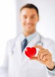 Manlig doktor med hjärta Arkivfoton