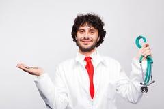 Manlig doktor med mynt och stetoskopet Royaltyfri Foto