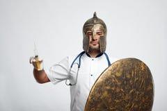 Manlig doktor som bär medeltida harnesk arkivfoton