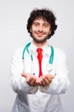 Manlig doktor som ger händer fotografering för bildbyråer
