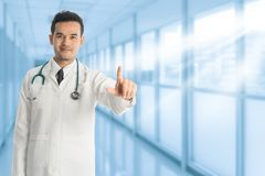 Manlig doktor som pekar fingret på kopieringsutrymme royaltyfria foton