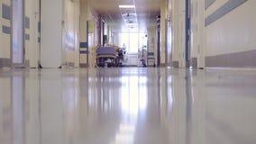Manlig doktor Walking till och med det långa hallet arkivfilmer
