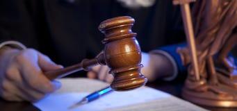 Manlig domare In en rättssal som slår auktionsklubban Royaltyfri Bild