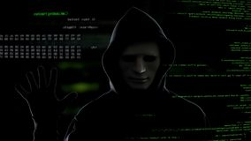 Manlig en hacker på mörk bakgrundsstart dataintrångprocessen som stjäler information arkivfoto
