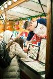Manlig försäljare som between förklarar till turist- skillnader för kunder arkivfoto