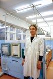 Manlig forskare i den vita ämbetsdräkten som arbetar i laboratorium av växtlivsfunktioner royaltyfri foto