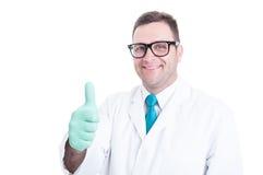 Manlig forskare som ler och visar tumme övre gest Arkivbilder