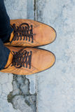 Manlig fot som bär bruna läderskor Royaltyfri Fotografi