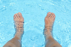 Manlig fot som doppar i vattnet Arkivbild