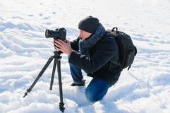Manlig fotograf med en tripod Royaltyfria Foton