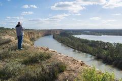 Manlig fotograf på Nildottie, Murray River, södra Australien Arkivbild