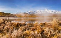Manlig fotograf Taking Picture av berg sjön royaltyfria bilder