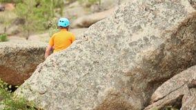 Manlig fotvandrare i berg lager videofilmer