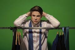 Manlig framsida Frågor som påverkar pojken Kläder dressing, garderob Fotografering för Bildbyråer