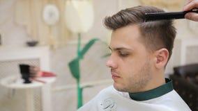 Manlig frisyr i salong Manhår som utformar i barberare, shoppar Fullf?ljandefrisering arkivfilmer