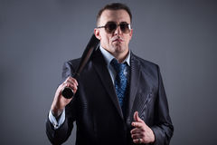Manlig gangster med baseballslagträet fotografering för bildbyråer