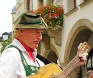 Manlig gataaktör i traditionella bayerska kläder royaltyfri foto