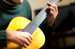 Manlig gitarrist fotografering för bildbyråer