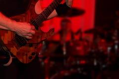Manlig gitarrist i en rockband Arkivfoto
