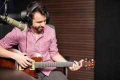 Manlig gitarrist på radiostationen arkivbilder