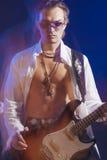 Manlig gitarrist Posing With Guitar Skjutit med Strobes och Halogen arkivbilder