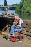 Manlig gitarrist som busking, Chester Royaltyfri Foto
