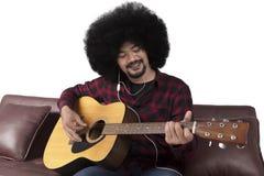 Manlig gitarrist som spelar gitarren arkivbilder