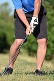 Manlig golfare för idrotts- pensionär som övar med Golf Club att svänga royaltyfri fotografi