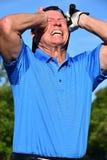Manlig golfare för pensionär under spänning med den Golf Club golfspelet royaltyfria foton
