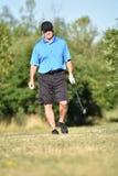 Manlig golfare och lycka med Golf Club på golfbana arkivbild