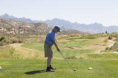 Manlig golfare på utslagsplatsen av Arkivbild