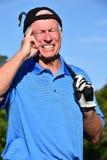 Manlig golfare som gör ett beslut med den Golf Club golfspelet arkivbild