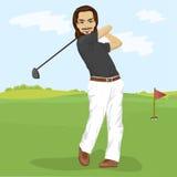 Manlig golfare som slår golfskottet med klubban på kurs royaltyfri illustrationer
