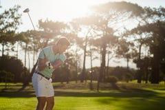 Manlig golfare som tar skottet Arkivbilder