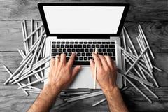 Manlig grafisk formgivare som arbetar på bärbara datorn Arkivbild