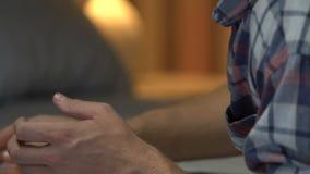 Manlig hållande familjstående som tänker om upplösning och gråter, fördjupning stock video