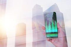 Manlig hållande smartphone med diagrammet Royaltyfria Foton