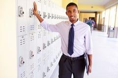 Manlig högstadiumlärare Standing By Lockers Royaltyfria Bilder
