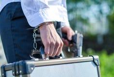 Manlig hand enchained till resväskan royaltyfri fotografi