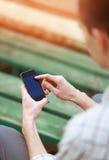 Manlig hand genom att använda en smart telefon Arkivbild