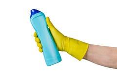 Manlig hand i den gula lokalvårdlatexhandsken som rymmer en flaska Arkivbilder