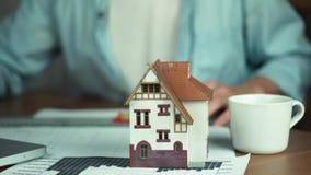 Manlig hand med blyertspennan Arkitekt som skapar byggprojektet, husmodell på tabellen stock video