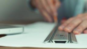 Manlig hand med blyertspennan Arkitekt som skapar byggprojektet, husmodell på tabellen arkivfilmer