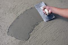 Manlig hand med murbruk på ny yttersida Fotografering för Bildbyråer