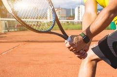Manlig hand med tennisracket royaltyfri bild