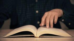 Manlig hand som bläddrar upp boksidor under läs- slut education illustration study stock video