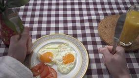 Manlig hand som knackar på tabellen med hans nävar med gaffeln och kniven som begär mat Platta med stekte ägg som visas på lager videofilmer