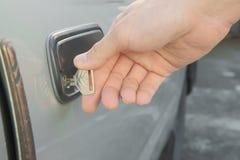 Manlig hand som låser den gamla dörren för använd bil upp Arkivbilder